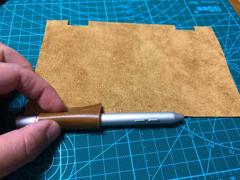 ペンを巻いてしっかりホールドするきつめの位置を確認