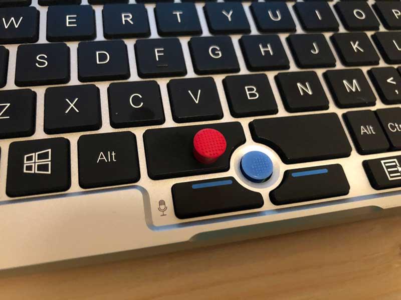 標準の青いキャップの代わりに赤いキャップを
