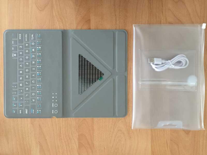 付属の充電用USBケーブルを入れるミニポケットもついているケース