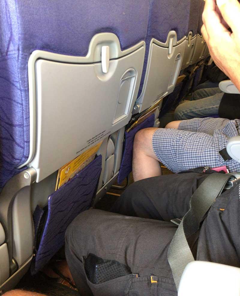 狭い飛行機内でも