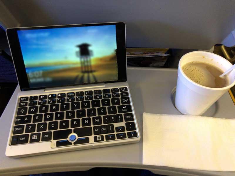 ミニテーブルにGPD Pocketとコーヒーを置いても平気