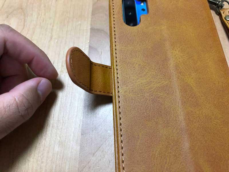 マグネット入りのボタンでしっかり蓋が閉じる