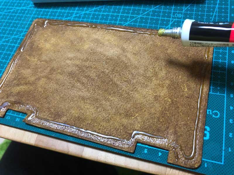 革のフチに接着剤を塗布