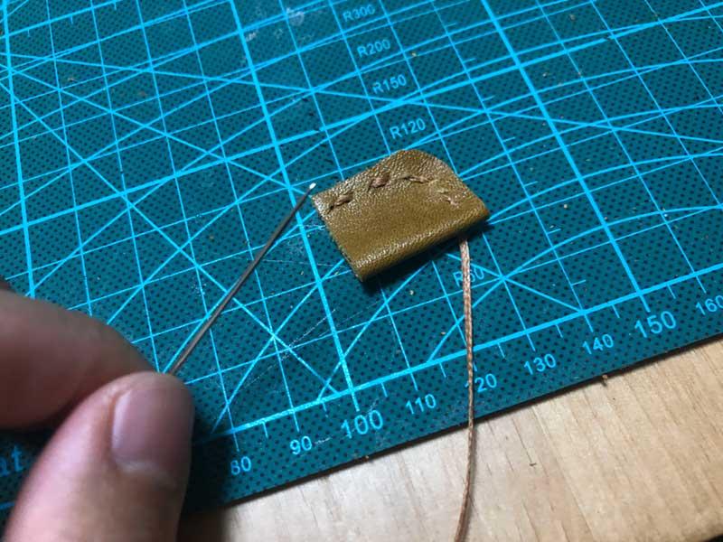 針と糸で2辺を縫う