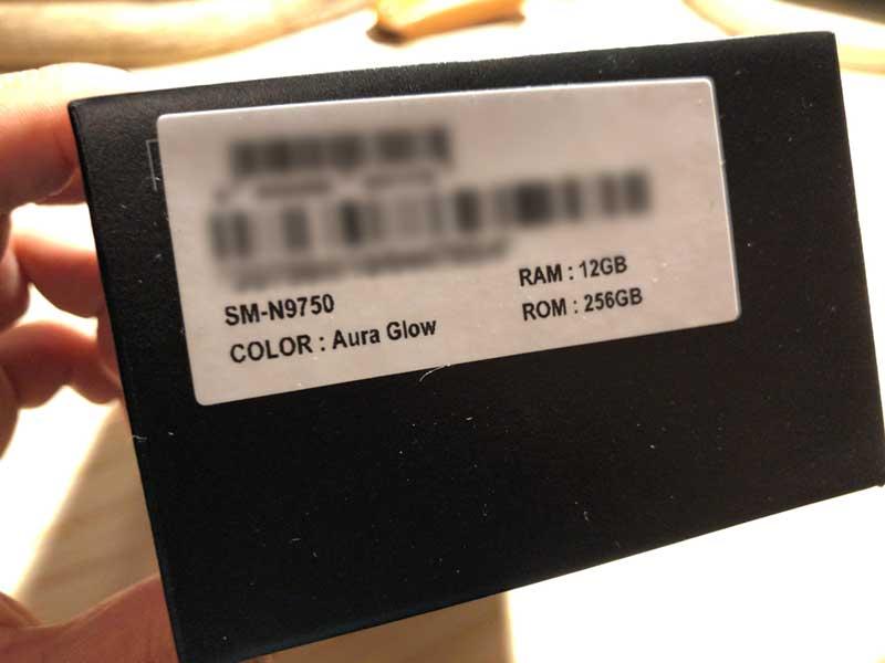 色はオーロラグローでRAMは12GBでストレージ容量は258GB
