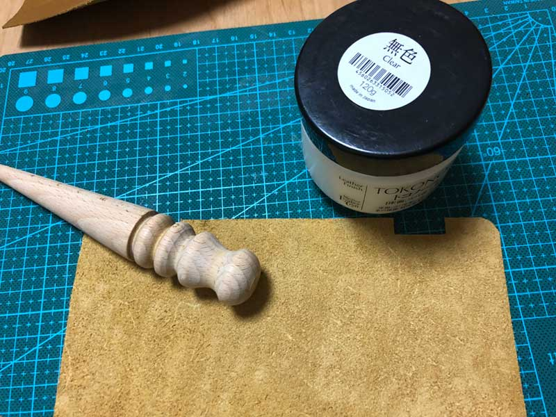 木の棒と薬剤で磨く