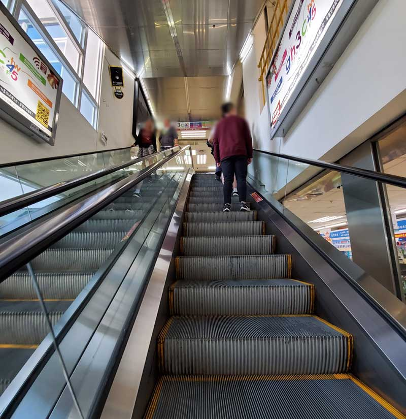 エスカレーターで各階を行ったり来たり