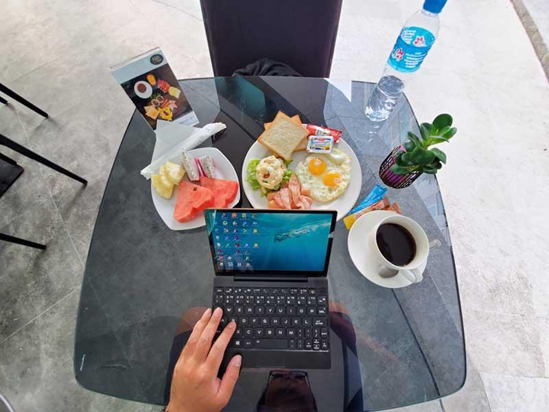 朝食を食べながらMAG1でノマド