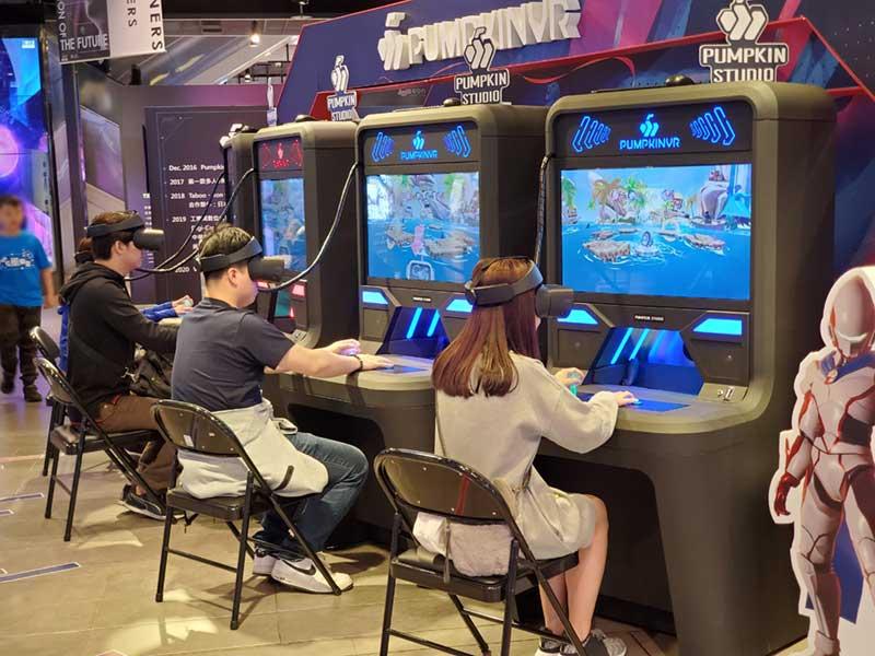 VRゲームで遊ぶ若い人達