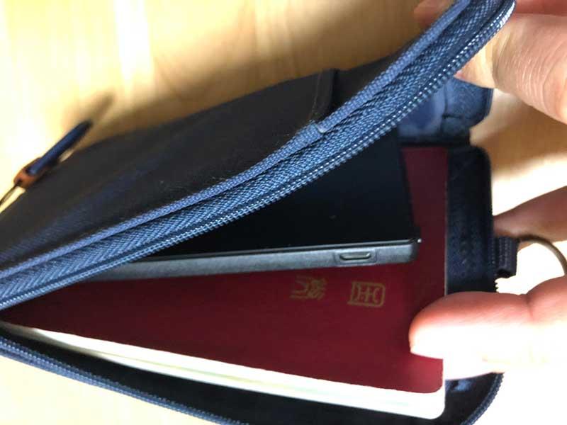 パスポートケースにすっぽり入る