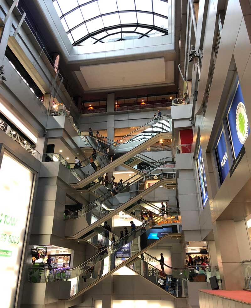 8階まであるMBKの内部