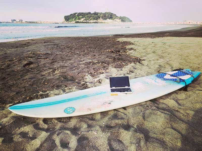 海でサーフィンの合間にOneMix2s