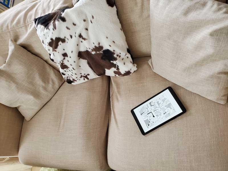 ソファーやベッドで片手持ちでごろ寝しながら使う