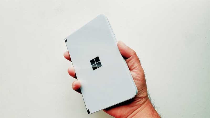 Surface Duoは片手で持てる絶妙なサイズと重さ